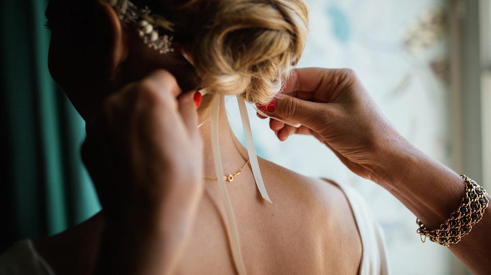 Kto powinien odwiedzić profesjonalny sklep z biżuterią?