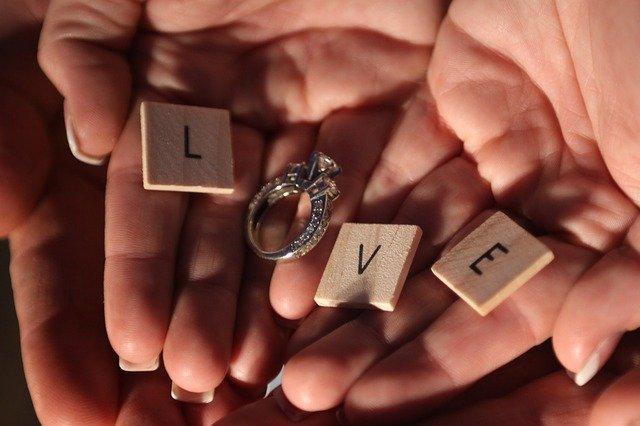 Jak wybrać pierścionek zaręczynowy – krótki poradnik dla zakochanych