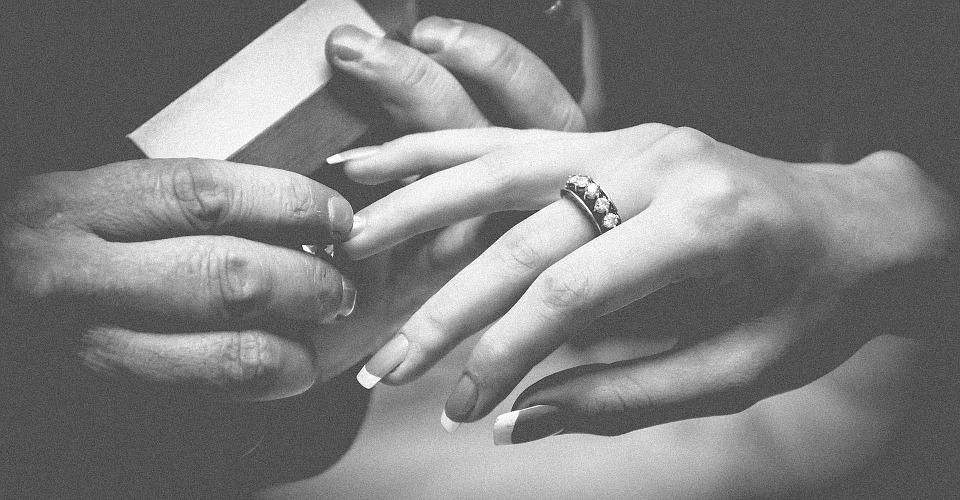 Pierścionek zaręczynowy ze lśniącym diamentem